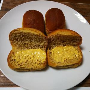 低糖質チーズバーガー ブランにタレを塗る