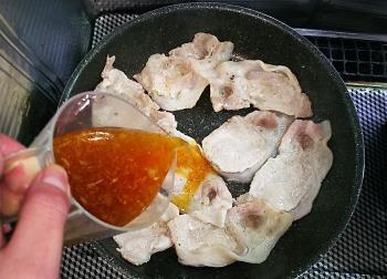 生姜焼き、肉にタレを入れる