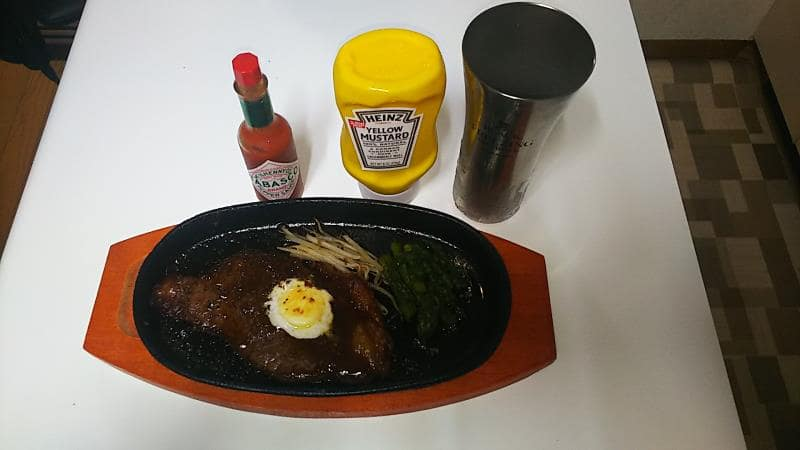 ステーキにはタバスコとマスタード
