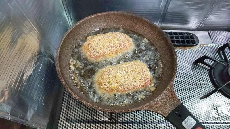 低糖質チーズインカツレシピ工程 油で揚げ焼きする