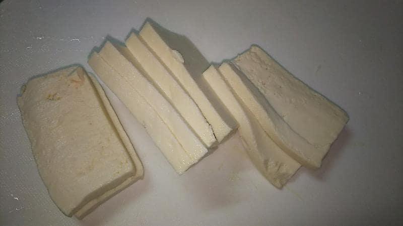 豆腐のはさみ焼きレシピ 豆腐を6~7ミリの薄さに切る