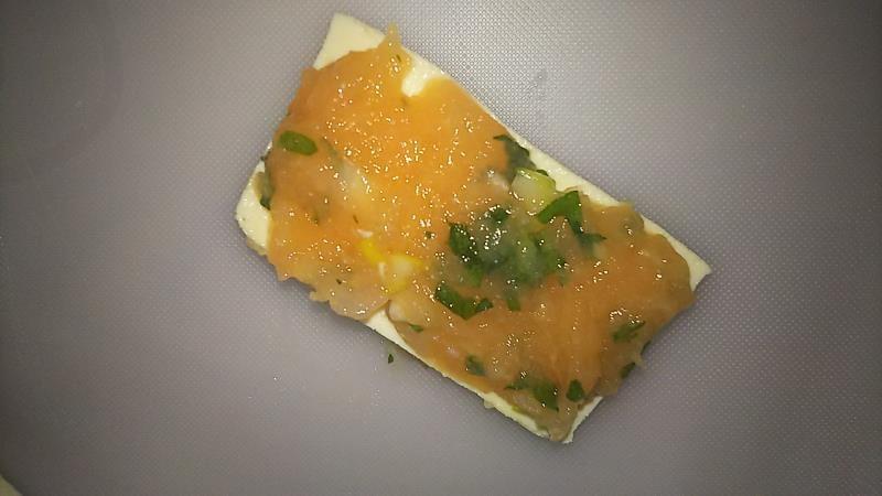 豆腐のはさみ焼きレシピ 豆腐にひき肉を乗せる