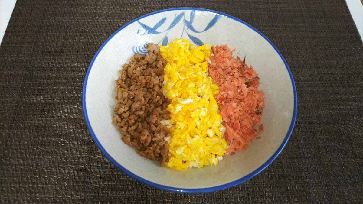 炒り豆腐で三色丼